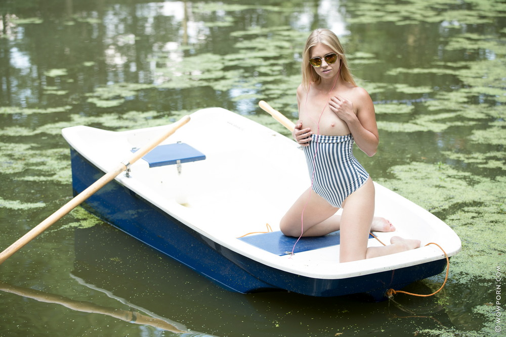 Стройная Violette в лодке