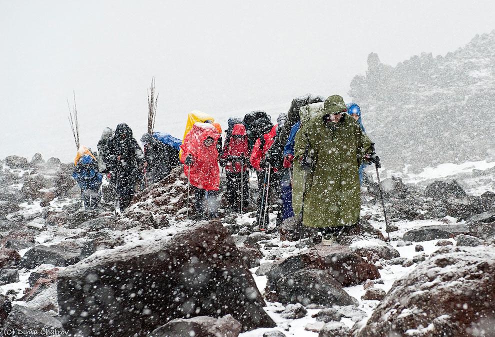 Последний закатный свет в базовом лагере  Эвереста  — высочайшей вершине мира