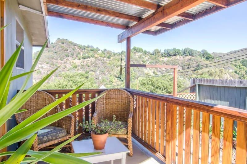 Одного взгляда на фотографии дома, который расположен между горами и океаном в Каньоне Топанга, штат