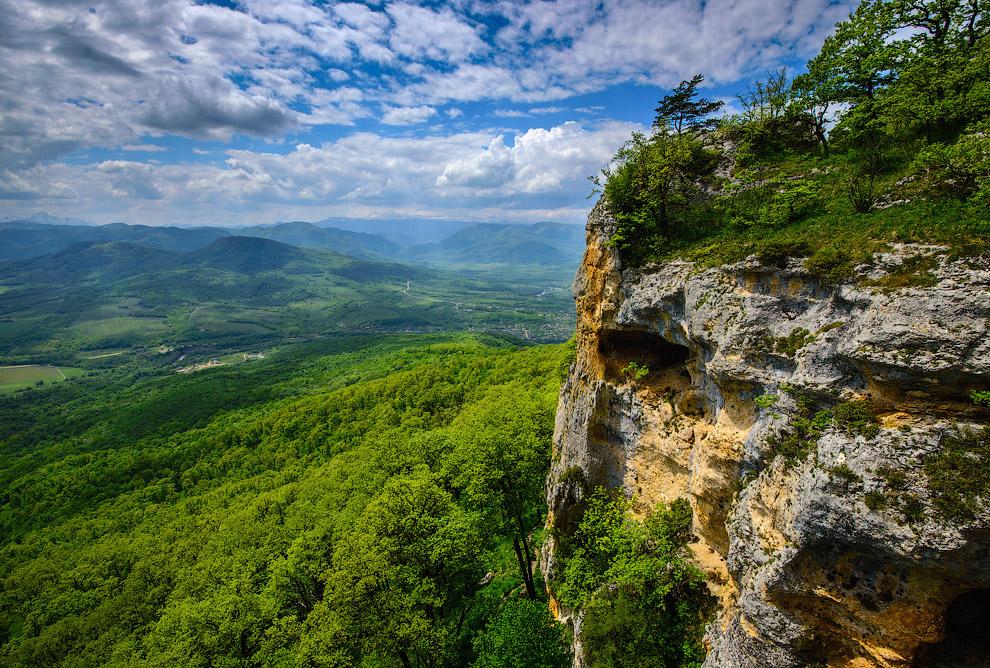 11. Со скалы открываются потрясающие виды на долину Белой:
