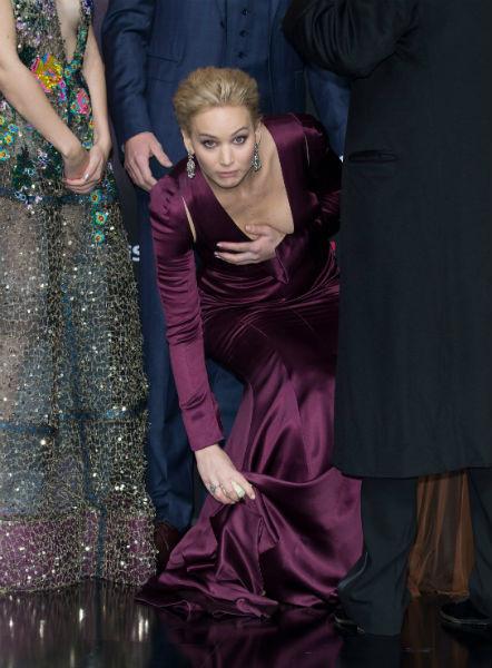 Настоящая рекордсменка по падениям на ковровых дорожках! Все помнят ее коронное падение на лестнице
