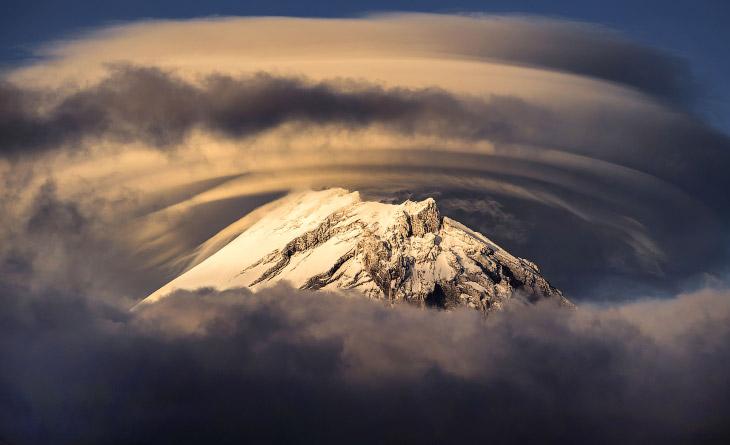 2. Некоторые вулканы окружены линзовидными облаками, которые образуются в тропосфере. Характерной ос