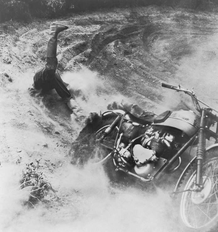 Участник мотокросса падает с мотоцикла на гоночной трассе Volk Molle в Рандерсе, Дания. Датский фото