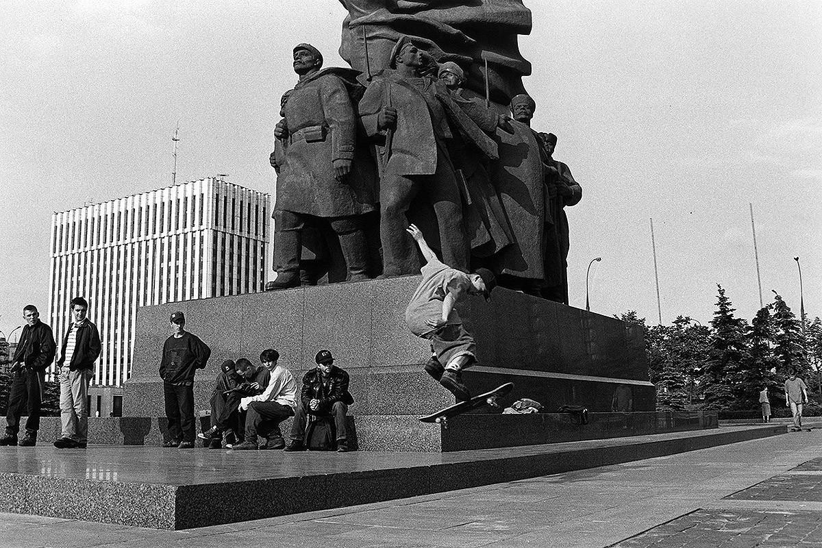 11. Возле этого памятника на Калужской площади впервые появились скейтеры в начале 1980-х годов — на