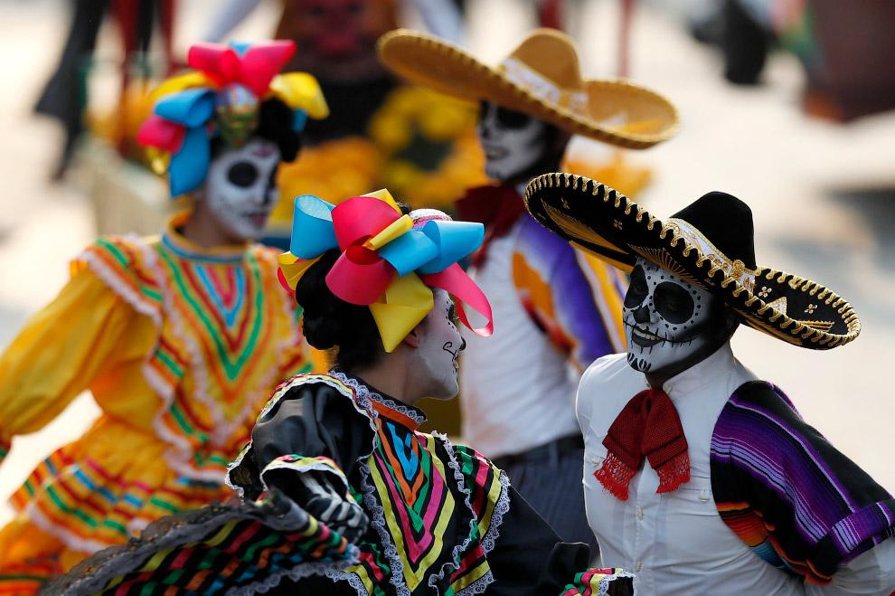 А мы находимся на параде в Мехико, посвященному Дню мертвых, 28 октября 2017.