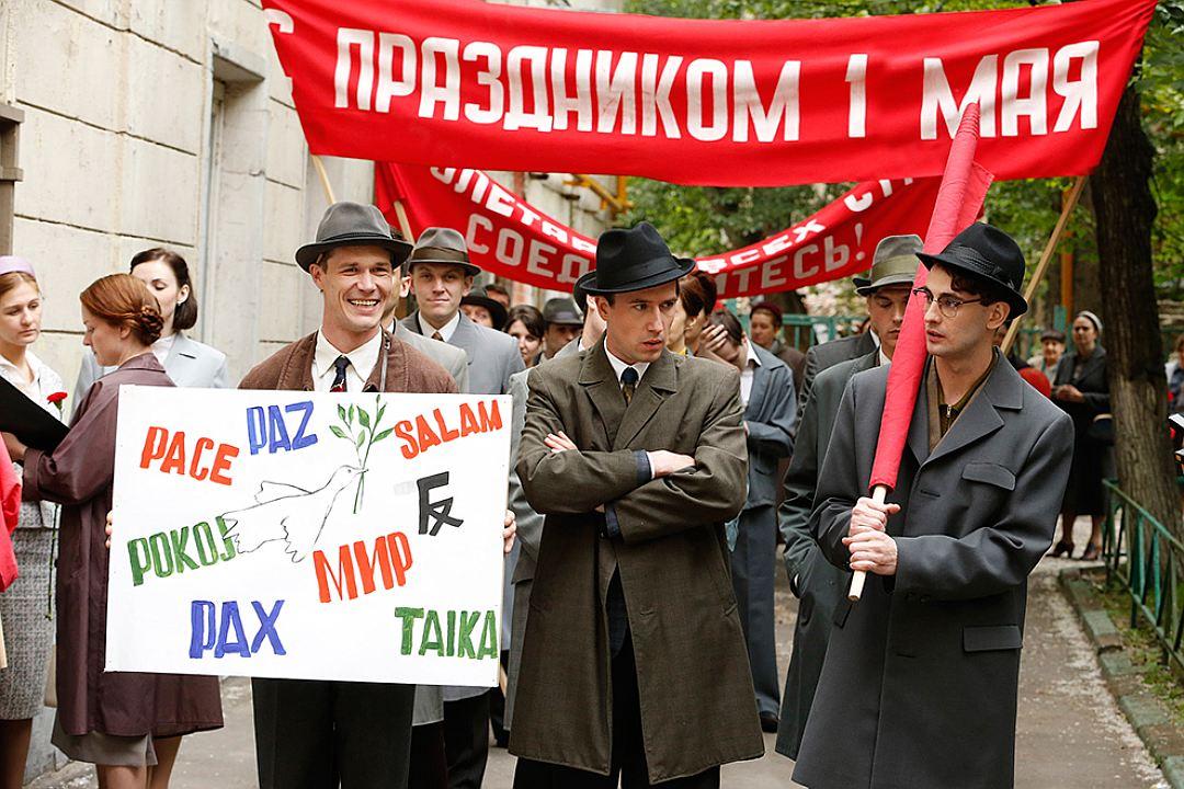 Помимо дипломатов героями фильма становятся звезда телевидения ( Евгения Брик ), модн