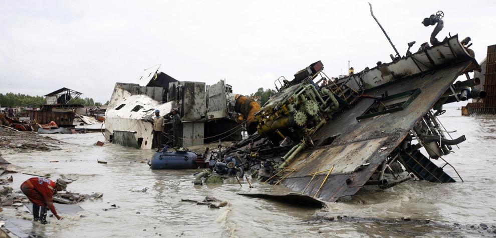 8. Занимаются разбором кораблей люди самых разных возрастов, Мумбаи 21 декабря 2006. (Фото Reuters |
