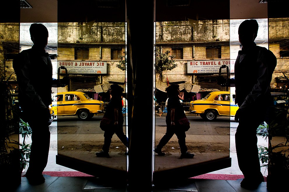 Отражение в проходящем поезде . (Фото Ruth Fremson | The New York Times):