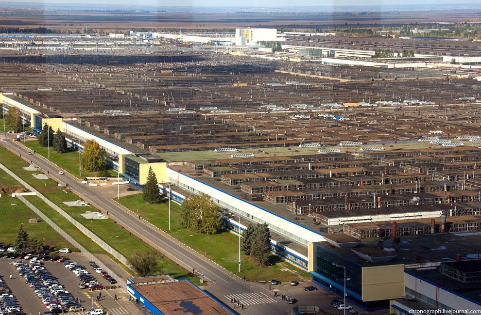Машины работников, приехавших на завод: