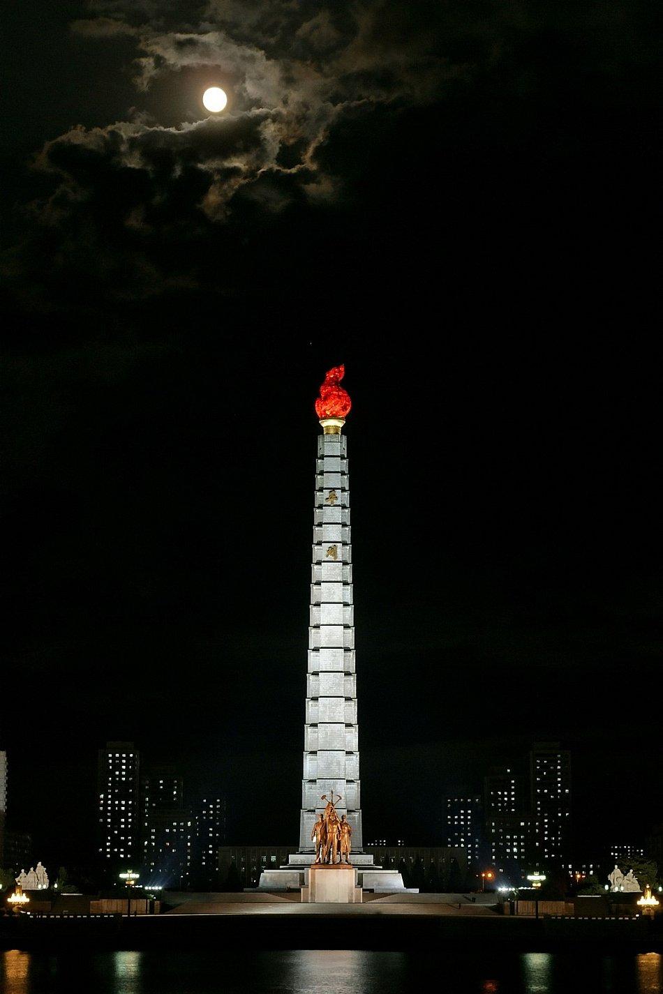 В метро тоже нет давки, Пхеньян, 10 марта 2011. В вагонах висят портреты вождей: