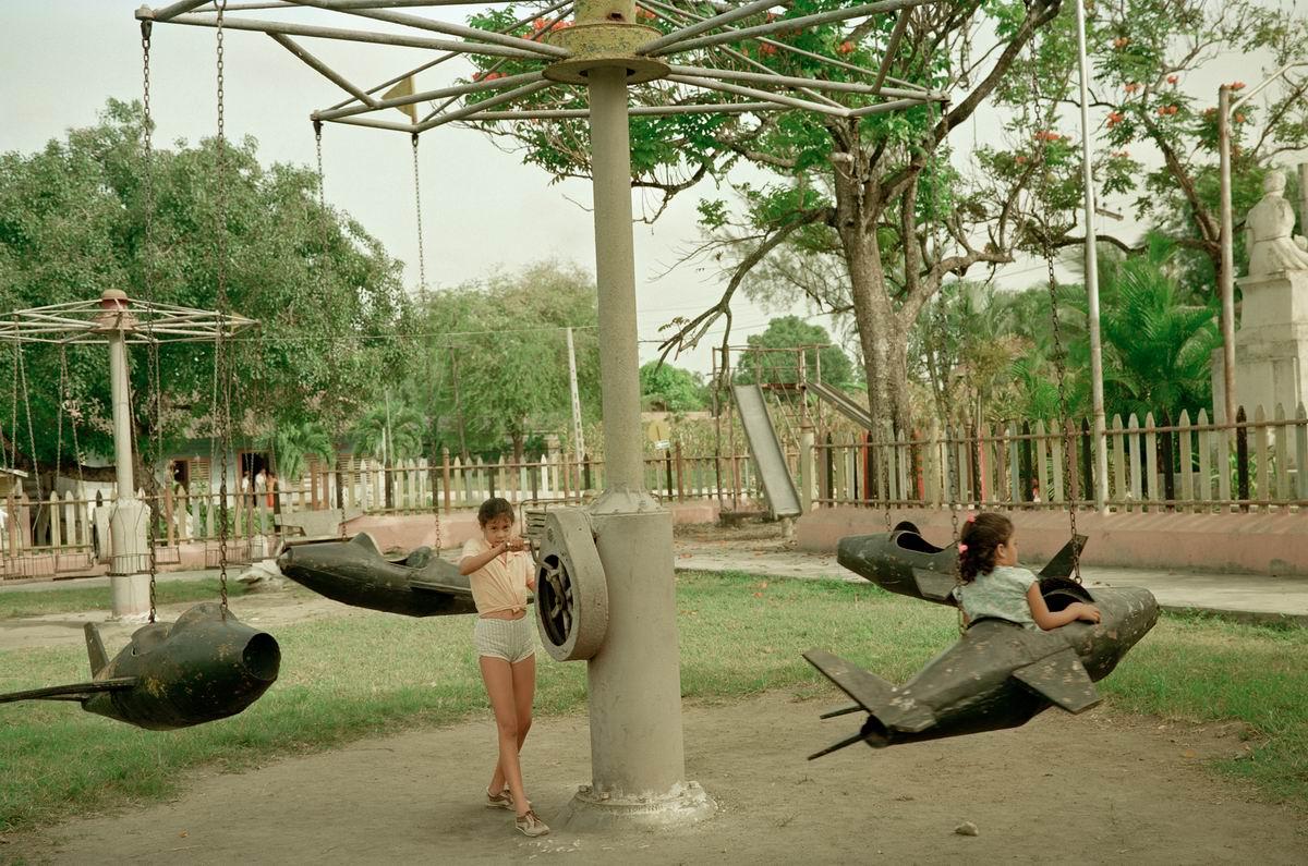 Самолет, самолет, ты возьми меня в полет: Кубинская карусель с ручным приводом