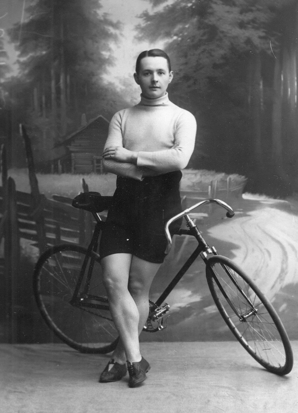 Участник велогонок Ткачик (Варшава) с велосипедом