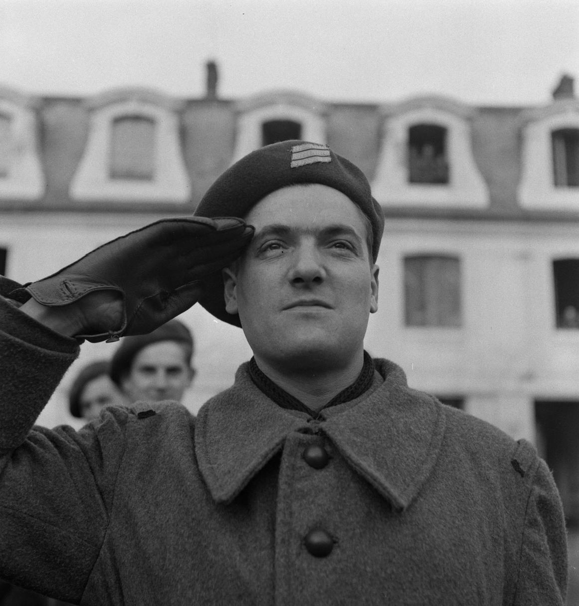 08. Роберт Микрон, сержант, бежал из Сенегала в декабре 1942 года. Почему вы уезжаете?  Нет никаких сомнений, мы будем сражаться за будущее Франции