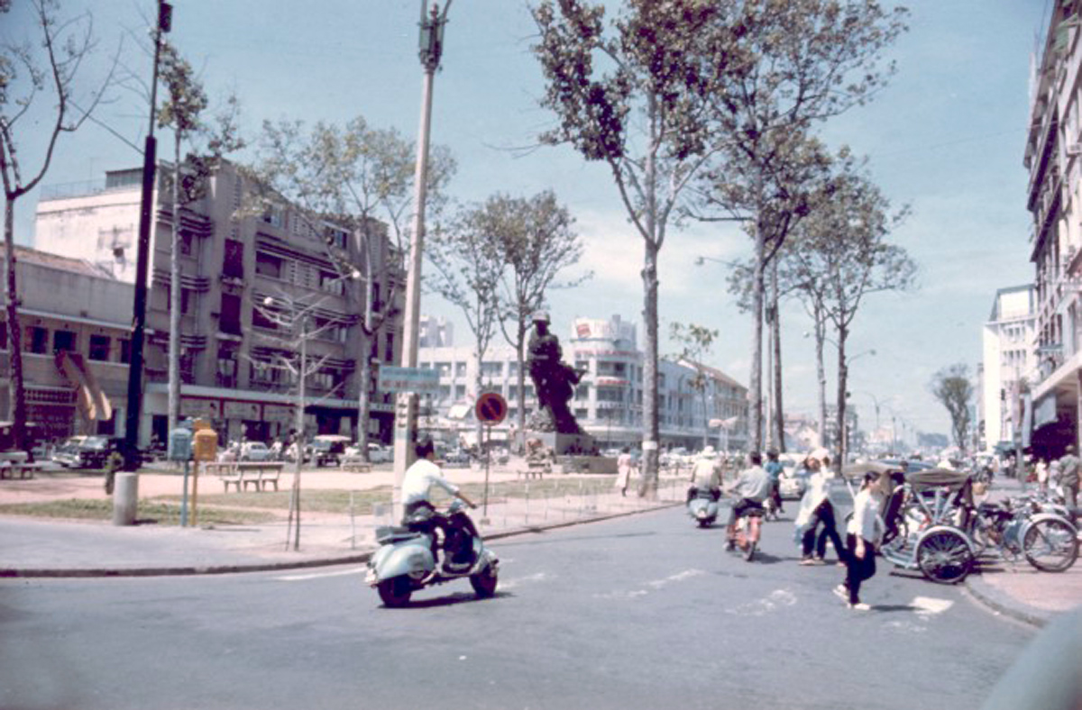 Площадь Лам Сон, справа - проезд Иден