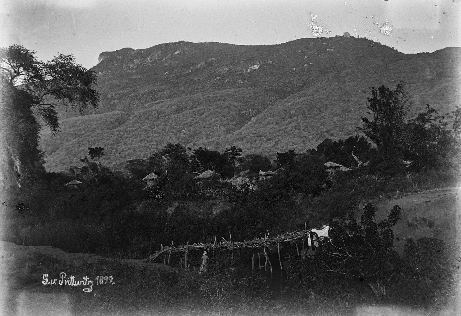 26. 1899. Мост у подножия гор в Рукве