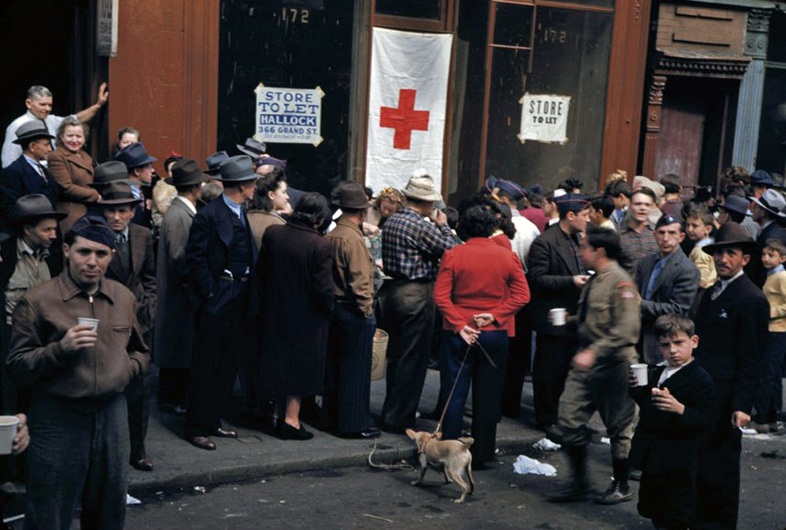 Crowd-gathers-during-Salvage-collection-in-Lower-East-Side-19421.jpg