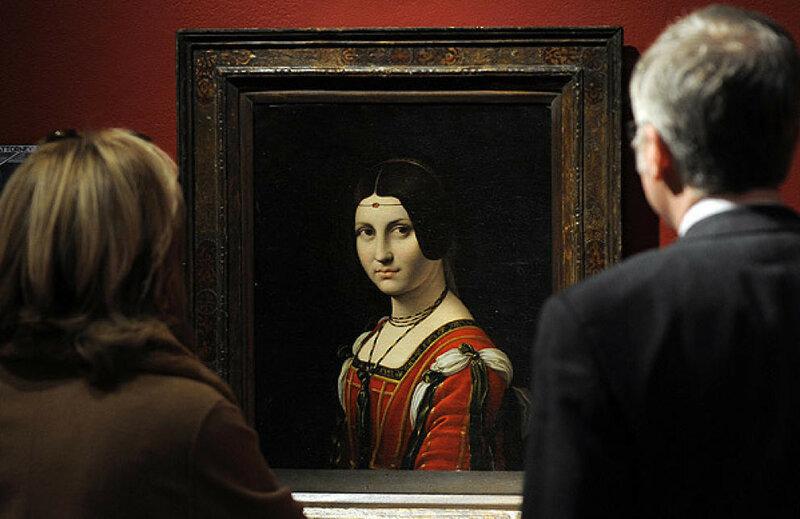 dos-visitantes-ante-el-retrato-de-belle-ferroniere-de-leonardo-da-vinci.jpg