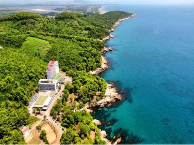 Отель Альбатрос в Черногории расположен на окраине курорта