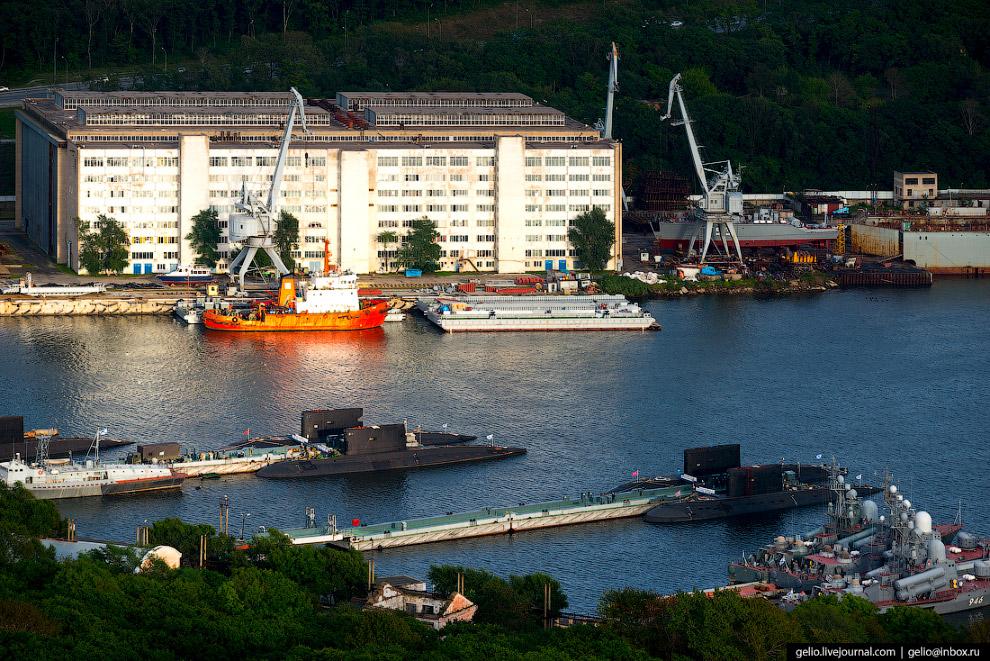 32. Контейнерный терминал Владивостокского морского торгового порта.
