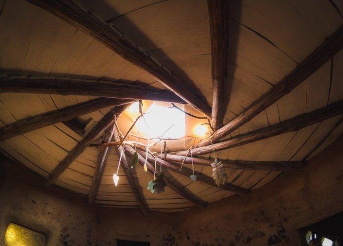 Крышу Евгений делал земляную. Каркас образуют стропила, уложенные особым образом. Вес все кровли сос