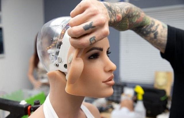 Технологии по улучшению секс-роботов совершенствуются с каждым днем. Но вместе с тем не прекращаются