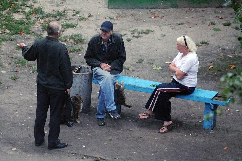 2. Женя не просто снимал, а исследовал целый социальный пласт населения Украины. Скамейка у него пол