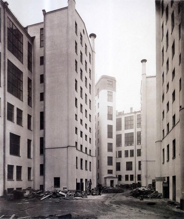 Двор у здания Центрального телеграфа. СССР, Москва, 1929 год.   5. Митинг на улице