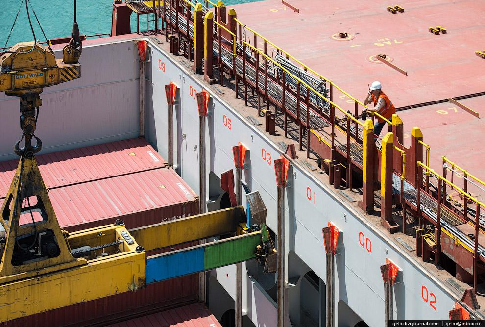 13. В обработке контейнеровоза на 18 причале задействованы 2 стреловых крана грузоподъемностью 124 т