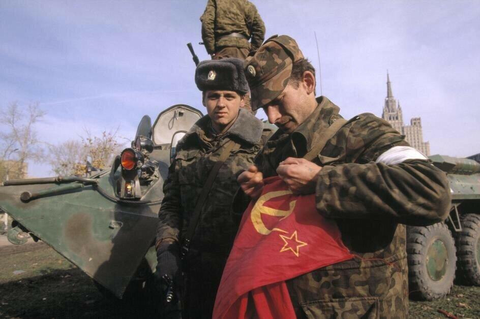 Военнослужащий Таманской дивизии разрывает флаг Советского Союза