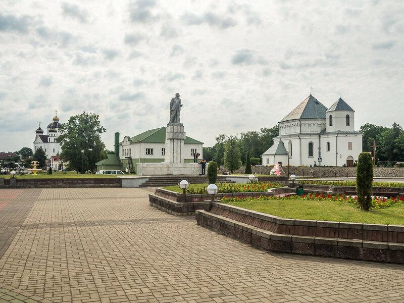 На площади. Слева направо: церковь, Ильич, костёл (построен как кальвинский собор в эпоху Ренессанса).
