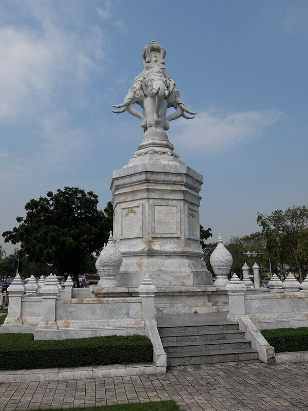 Бангкок - Монумент со слонами Phan Phiphop Lila Junction