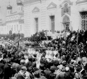 Николай II и великие князья переносят гроб с мощами св. Серафима Саровского к новому месту захоронения. 18 июля 1903