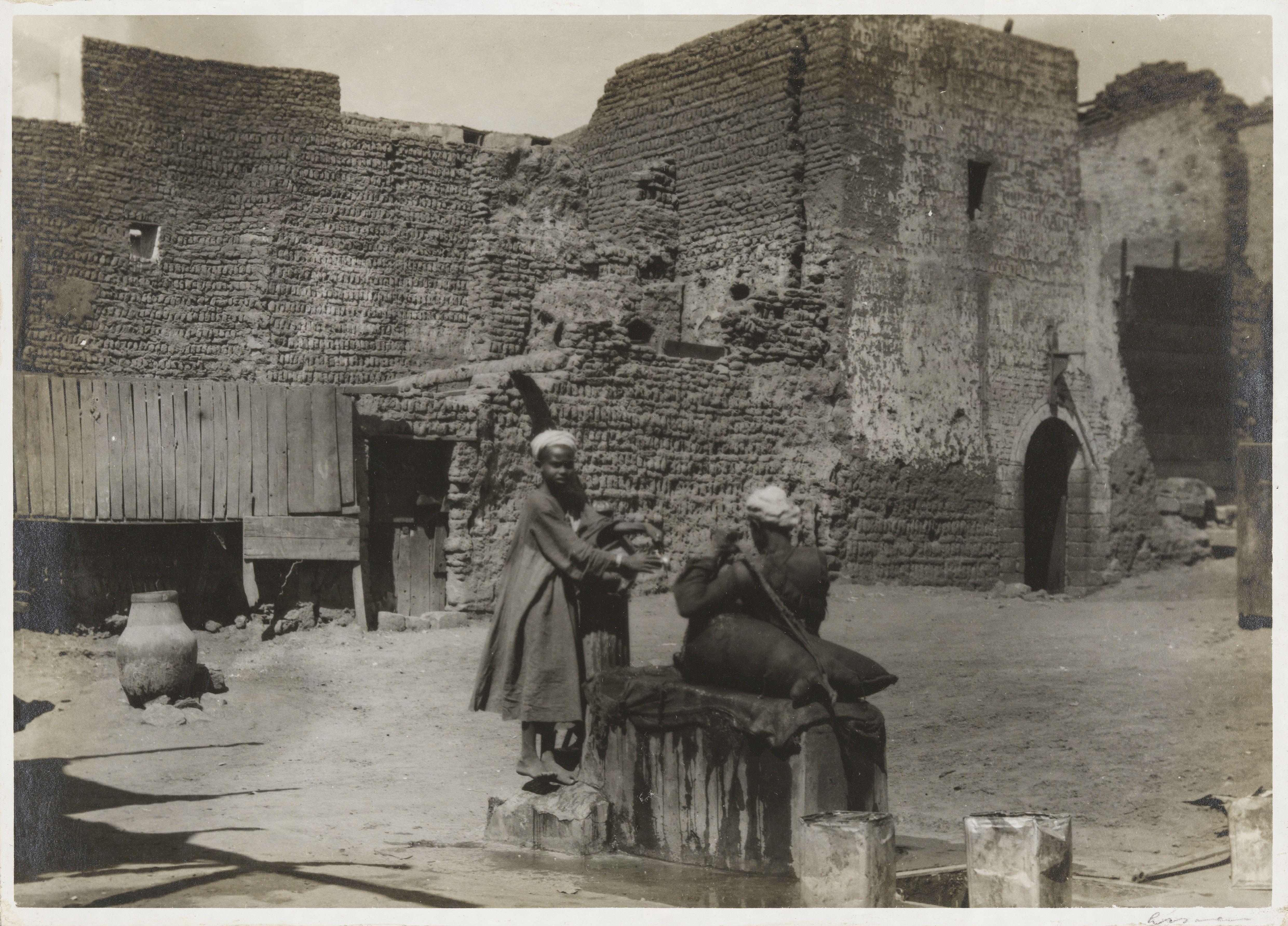 Ассуан. Торговцы водой возле руин монастыря Св. Симеона