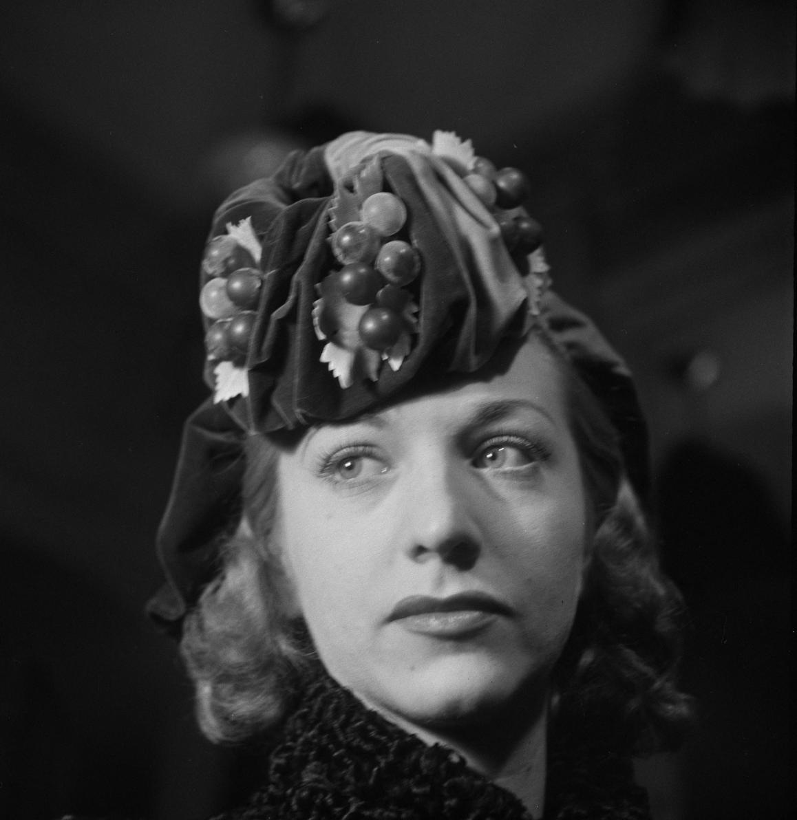 35. Женщина примеряет шляпу