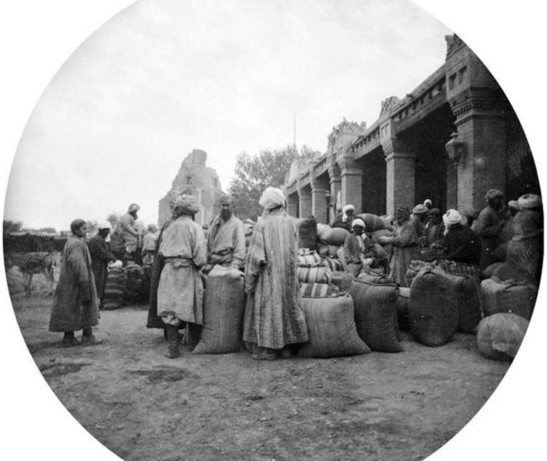 У мавзолея Биби-ханым