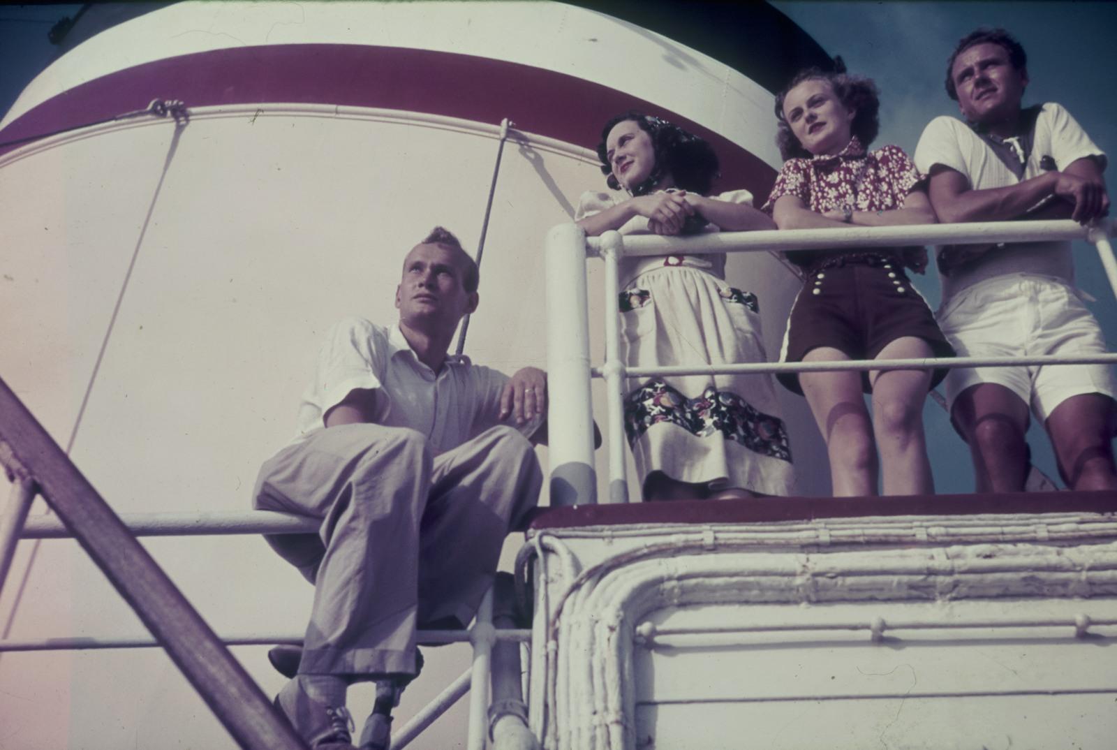 Две пары на палубе пассажирского судна