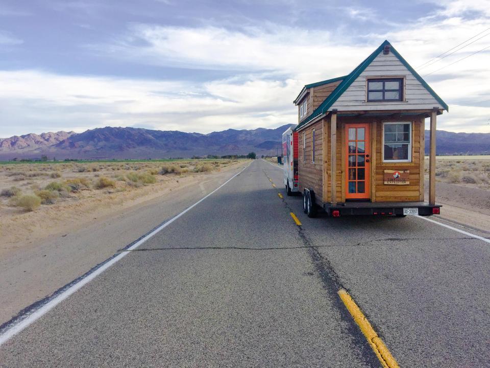 Пара путешествует по США со своим крошечным домиком