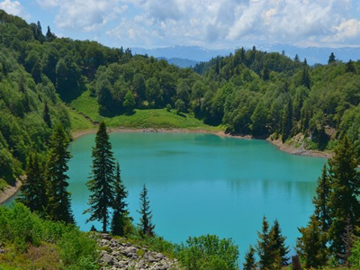 Зеленое озеро в Грузии