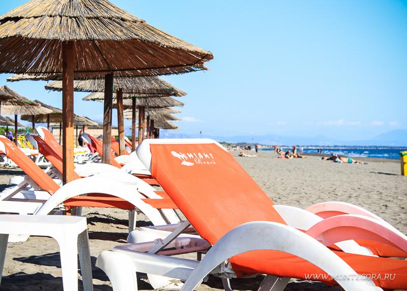 Лежаки на пляжах Черногории платные, даже в низкий сезон