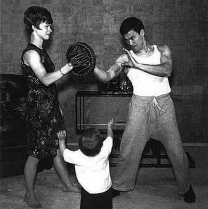 Брюс Ли был человеком невероятных физических возможностей. Он мог удерживать на вытянутой вперед рук