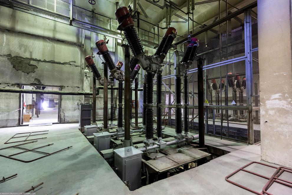 28. Выдача электроэнергии осуществляется по четырем линиям электропередачи на напряжении 220 кВ.