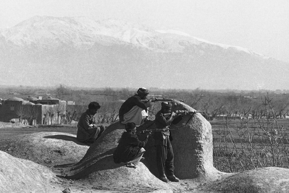 17. Советские солдаты с немецкими овчарками, обученными находить мины, Кабул 1 мая 1988. (Фото AP Ph