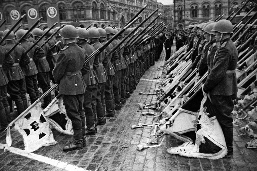 20170828-05-Советские солдаты с немецкими штандартами на Красной площади
