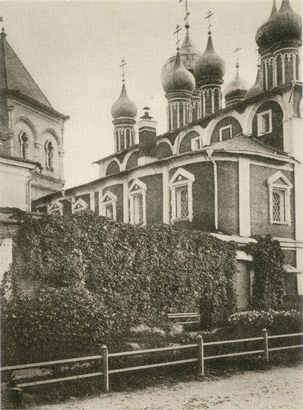 129. Москва - Кремль. Во дворе Чудова монастыря