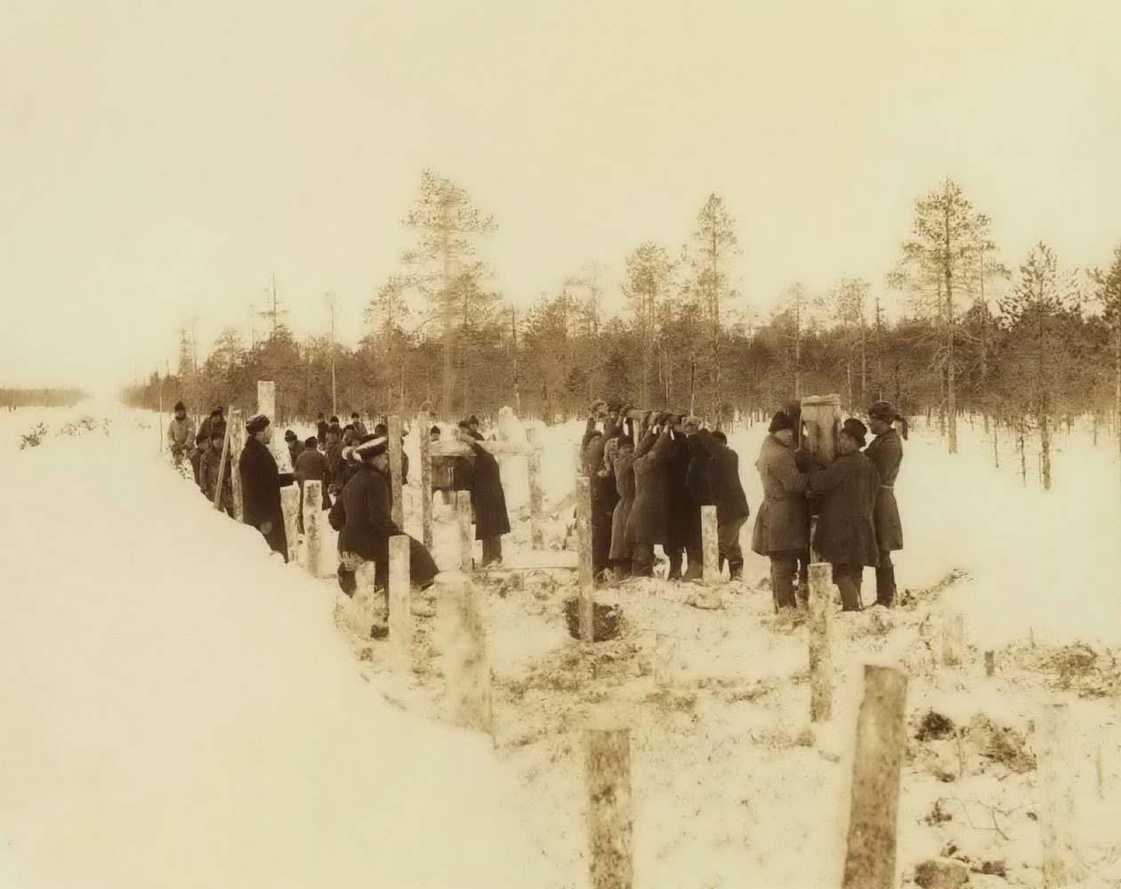 Устройство временной дороги по глубоким болотам, забивка свай ручными бабами. 1894