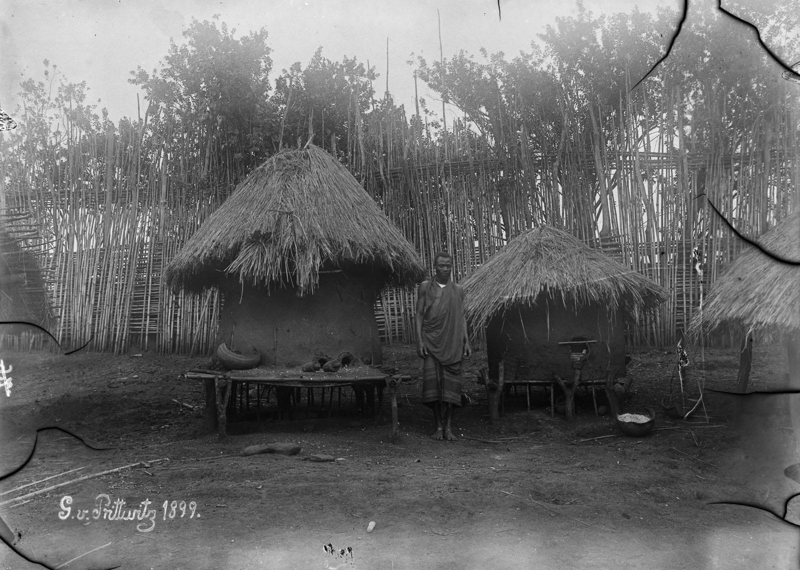 08. 1899. Человек между двумя амбарами в Северном Киву