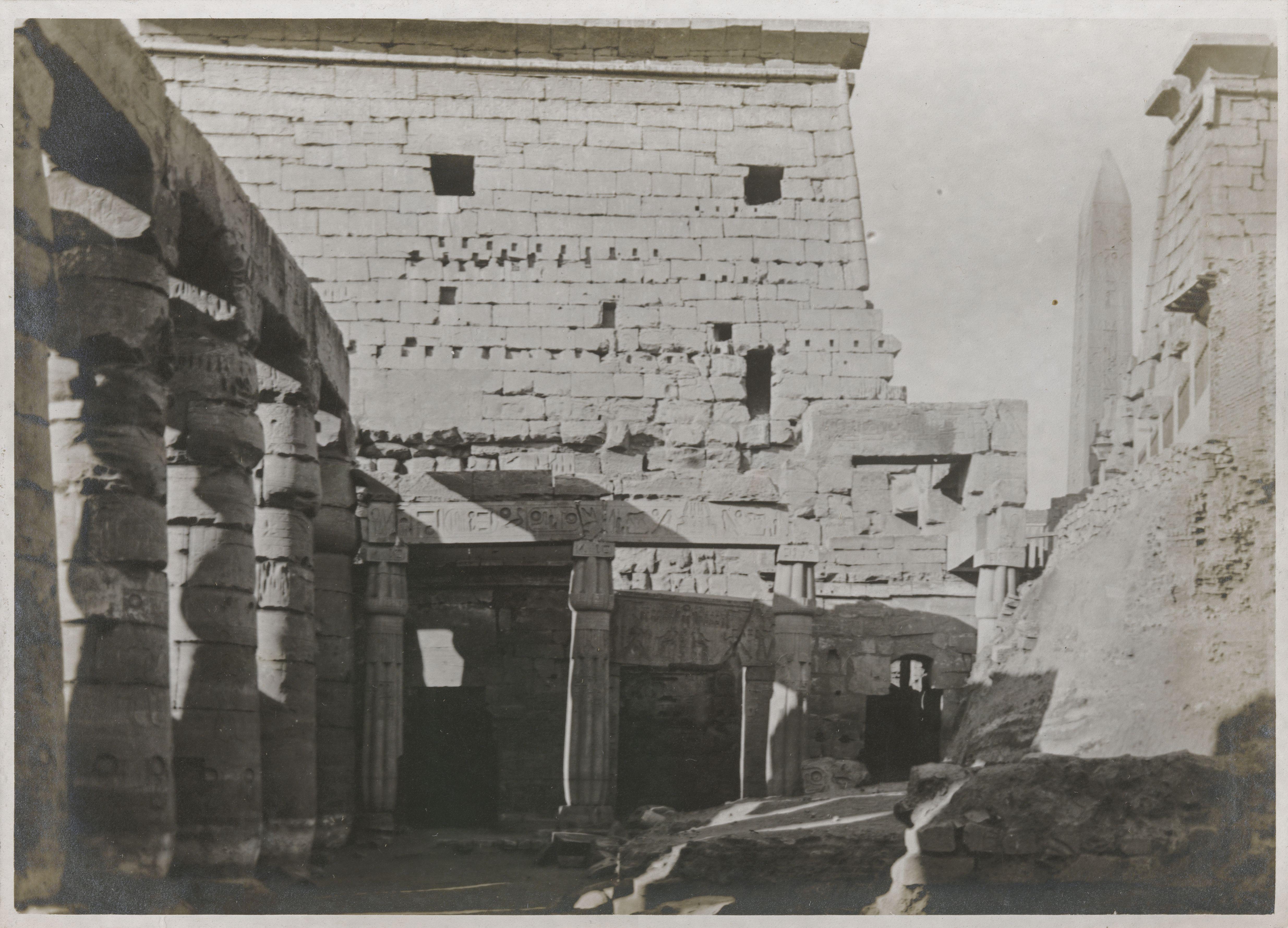 Луксор. В первом дворе, за пилоном. Справа - обелиск, чей меньший сосед украсил площадь Согласия в Париже в 1836