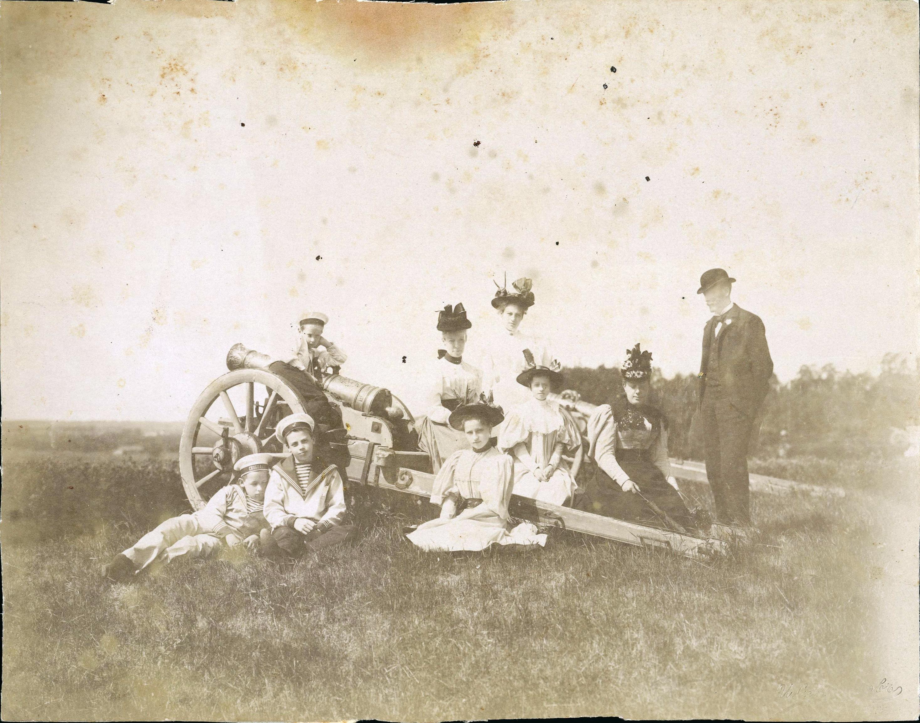 На берегу Москвы-реки у пушки Николай и Феликс Сумароковы-Эльстоны (крайние слева) с гостями.1896