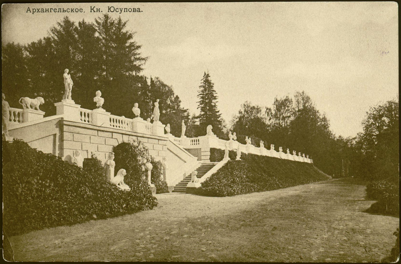 Центральная и восточная часть подпорной стены нижней террасы. Стена увита плющом. 1910
