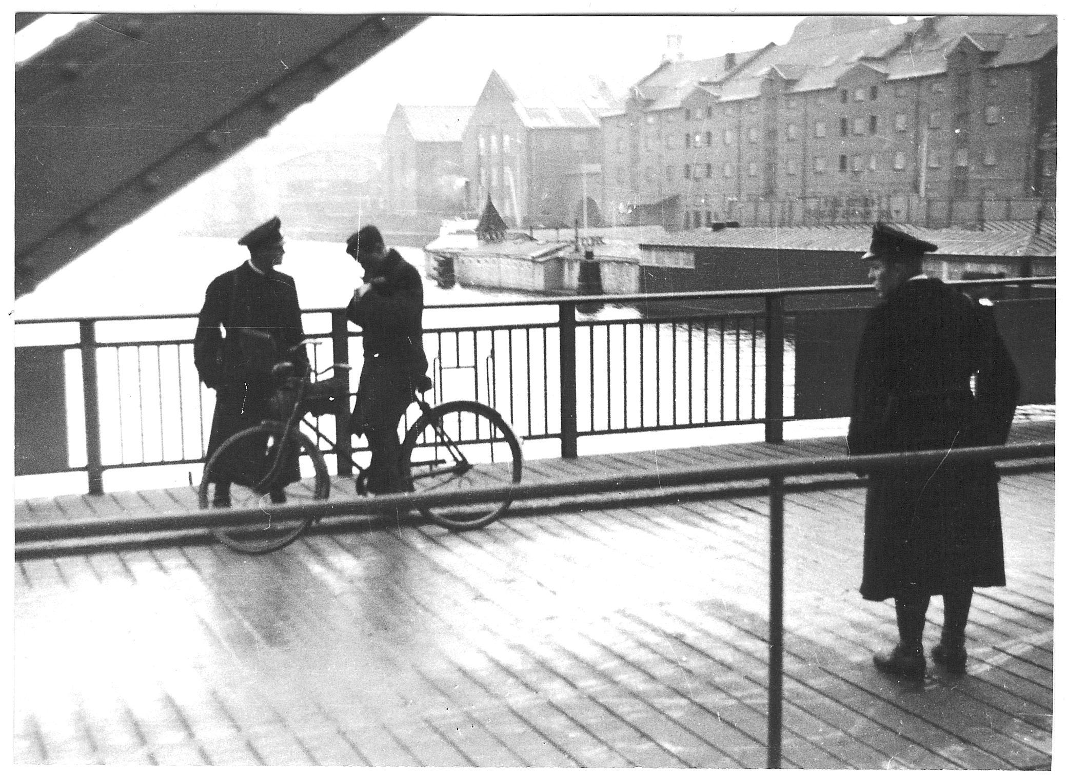1944. ХИПО (датский корпус вспомогательной полиции, образованный гестапо) проверяет удостоверения личности у людей пересекающих мост Лангебро